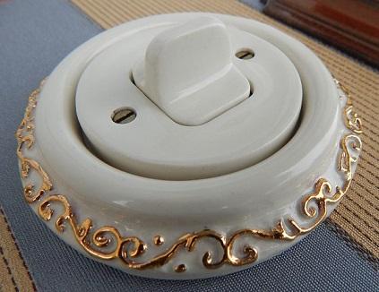 Porcelanovy-vypinac-packovy-zlaty-ornament-Mulier