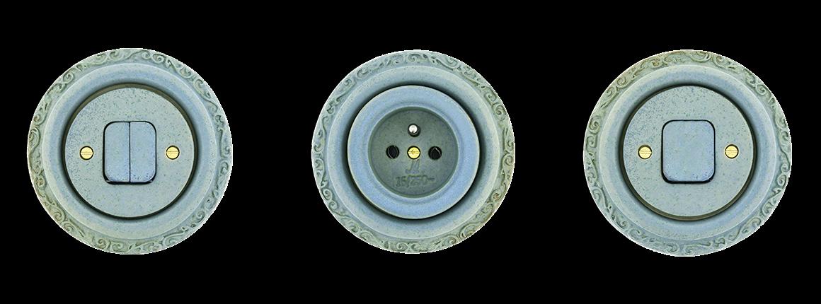Luxusní zdobené modré kulaté vypínače a zásuvky z porcelánu v retro designu.