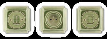 Porcelánové vypínače a zásuvky Mulier Jindřich zelená kachlová. Jsou hranaté s ozdobnou linkou.