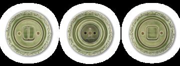 Ozdobné retro vypínače a zásuvka Mulier Ornament opatřené zelenou kachlovou glazurou.