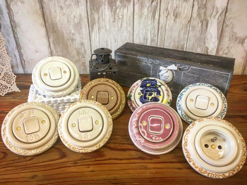 Ručně vyrobené vypínače z porcelánu jako svatební dárky. Opatřené rytinou s monogramy novomanželů.
