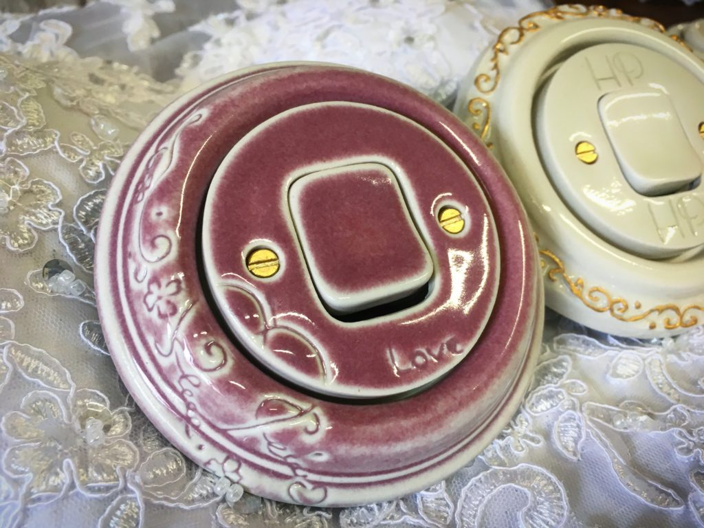 Kulatý vypínač růžový. Vyrobený z porcelánu zdobený rytinou v levé části a nápisem LOVE.