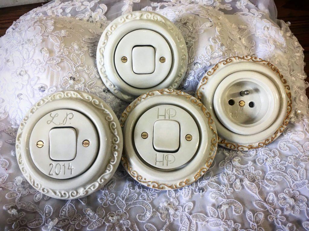 krémové a bílé vypínače, které připravujeme jako dárky ke svatbě s monogramy manželů nebo i jinou rytinou.